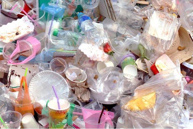 Plastic attacks hit Swiss supermarkets (Le News)